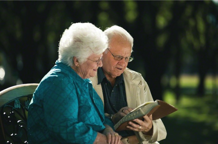 couple-studying-scriptures