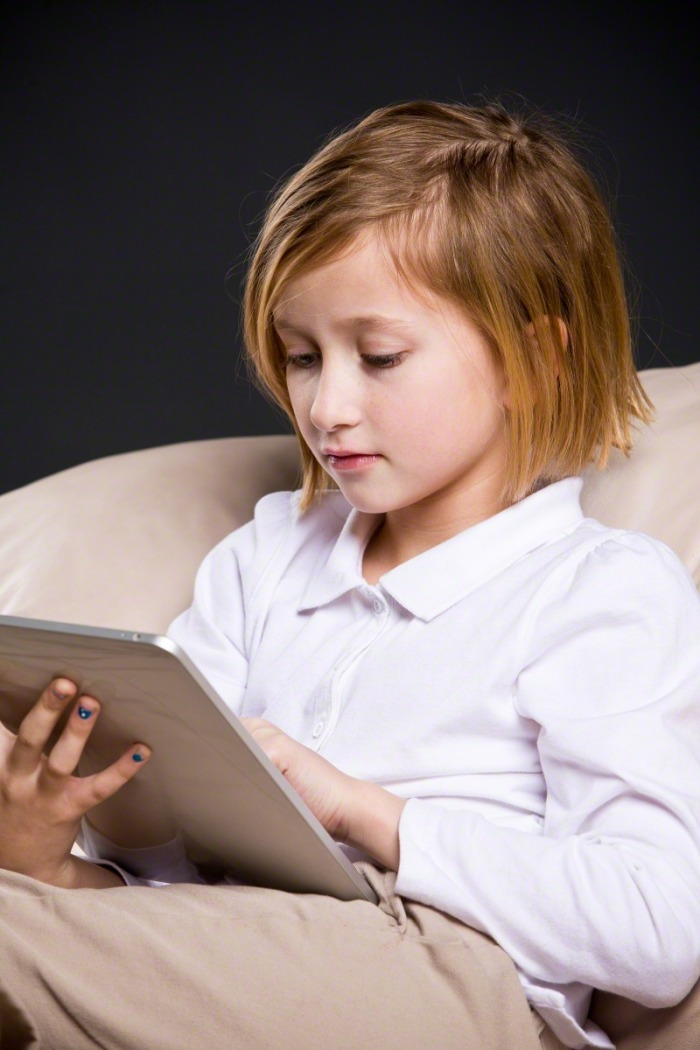 girl-reading-ipad-844577-print